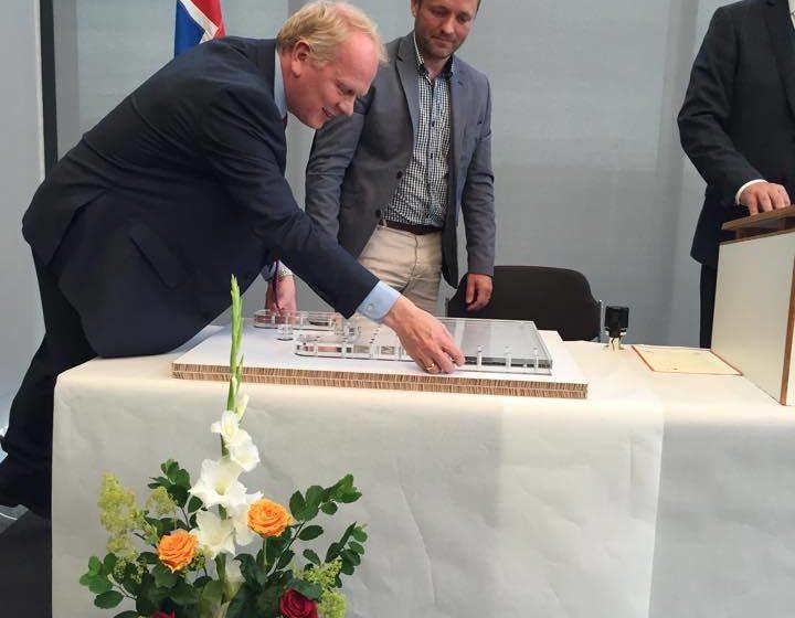 Bæjarstjóri hefur undirritað þjóðarsáttmála um læs