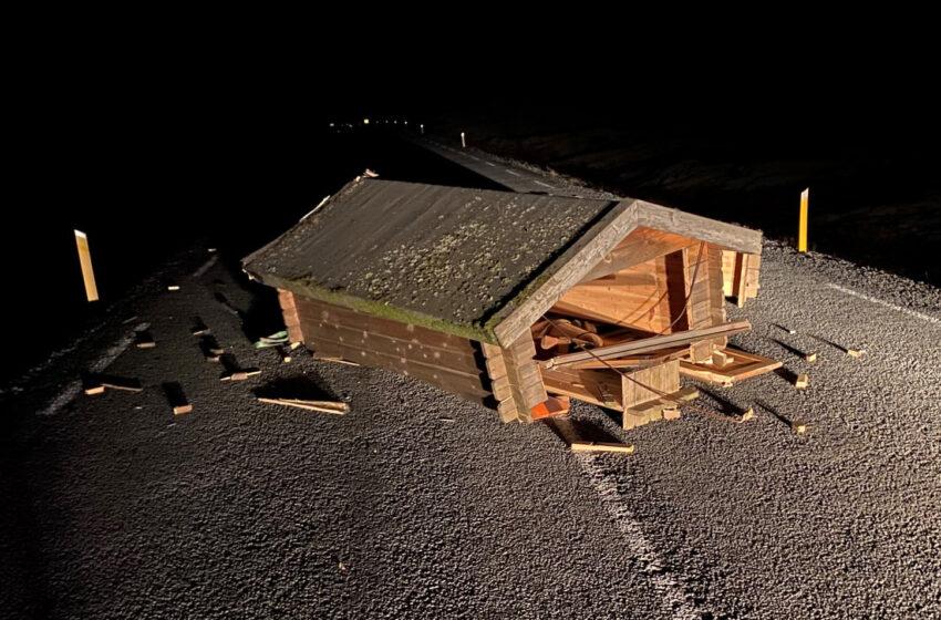 Brotinn kofi á miðjum vegi við Hlíðarvatn